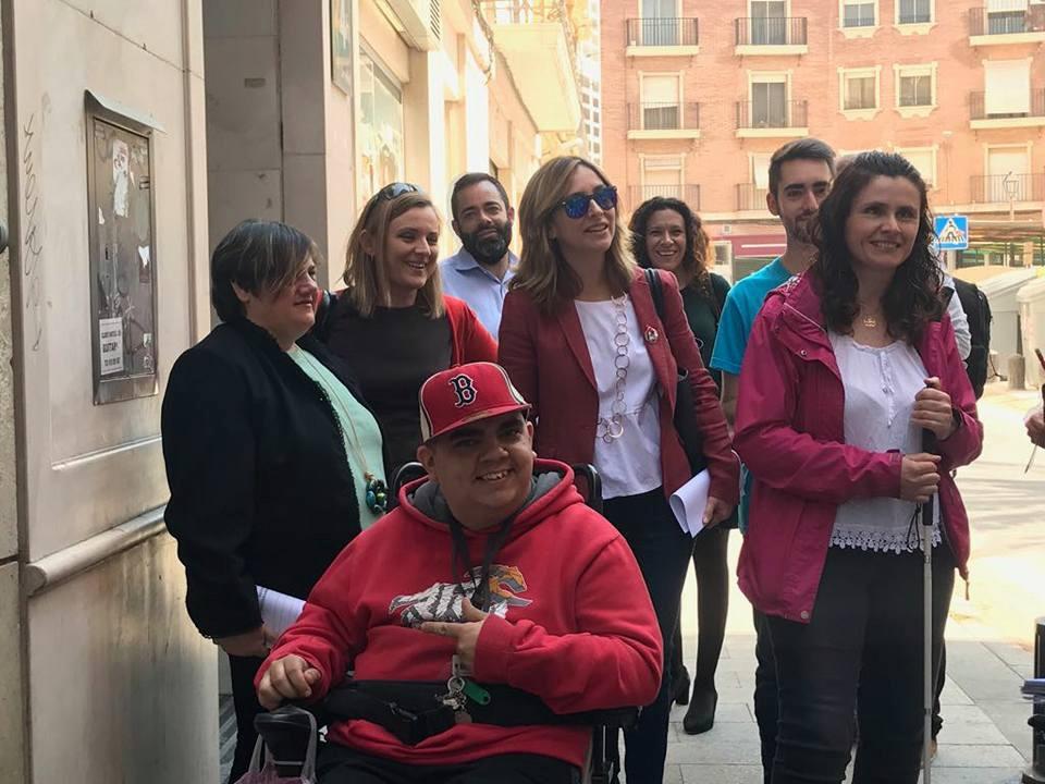 """Conchita Ruiz realiza la """"Ruta de la Accesibilidad del Barrio de Santa Eulalia"""" acompañada por los colectivos de la discapacidad."""