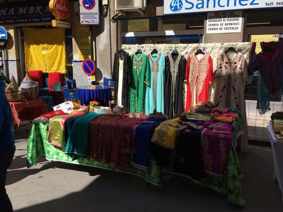 Fotografía de un puesto de ropa artesanal